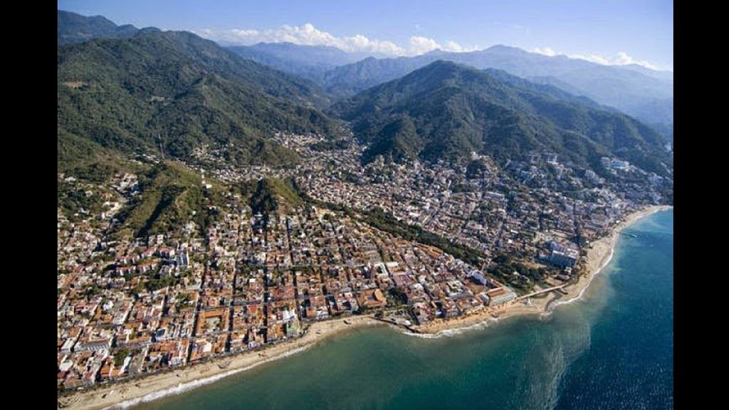 Airliner views of Puerto Vallarta & good view of the Culae River & Zona Romantic